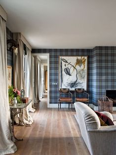 Believe it or not, tartan isn't just for the Christmas season. See some of our favorite tartan room ideas, which will inspire you to incorporate the timeless print into your decor. Tartan Wallpaper, Room Wallpaper, Tartan Decor, Tartan Plaid, Victorian Cottage, Vintage Sofa, Blue Walls, Elle Decor, Cozy House