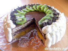 """WOW - for en festkake!!! """"Wienerdronning"""" er en eksklusiv drøm av en kake som består av 3 myke mandelbunner som fylles med et lag eggekrem og et lag sjokoladefromasj. Kaken dekkes med sjokoladefromasj og pyntes med krem, høvlet sjokolade og kiwi. NYDELIG! Norwegian Food, Norwegian Recipes, Sweet Desserts, Let Them Eat Cake, Avocado Toast, Sushi, Waffles, Cake Recipes, Food And Drink"""