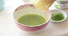 HOW TO PREPARE MATCHA TEA. Using a bamboo whisk and tea bowl.Enjoy your matcha tea straight from the bowl. Matcha Source for matcha green tea powder. Find out more at our coffee and tea online shopping guide Tea Tea foods Matcha Powder Benefits, Matcha Tea Benefits, Detox Drinks, Healthy Drinks, Healthy Recipes, Healthy Eating, Matcha Green Tea Powder, Alternative Health, Okra