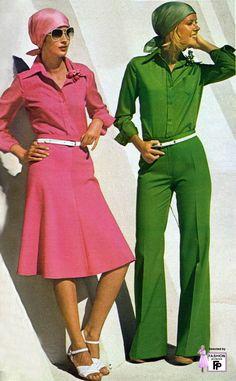 MODA 1975: Los adolescentes se pudieron expresar libremente.Comenzó a  ropa diferente, original, divertida y extravagante. El cabello se usaba corto o largo. Comenzaron a usar pantalones de campana y blusas de algodón. Fue un año muy diverso.