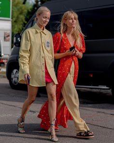 Copenhagen Fashion Week SS 20 Our favorite duo 💛 // photo by Paris Street Fashion, Milan Fashion Weeks, Look Fashion, Girl Fashion, Fashion Outfits, Style Board, Stockholm Street Style, Copenhagen Fashion Week, Street Style Looks