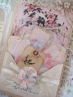Los colores pasteles y cintas le dan un toque muy delicado. invitaciones de boda estilo shabby chic