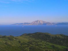 Vistas del Estrecho de Gibraltar entre Algeciras y Tarifa. ..