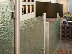 装飾ガラス施工事例パーテーション。使用装飾ガラスはフリーフォーム「リップル」