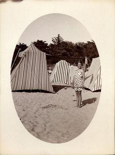 snapshot photo vintage jeune fille sable Saint Georges de Didonne aout 1936