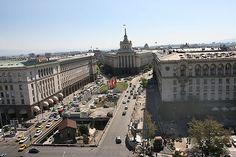 Bulgaristan ;En az bir yıl ikamet ettiyseniz 1 milyon leva'lık (1,2 milyon dolar) yatırım yaparsanız vatandaşlık alabiliyorsunuz.