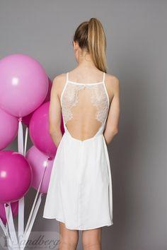 Konfirmation 2017 Konfirmationskjoler 2017 Angel Sandberg designs Århus og Brønshøj Dejlig blød kjole med en ubeskrivelig flot ryg. Åben bar ryg med blonder langs siden. Foran går kjolen op til halsen.