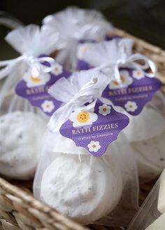 DIY Lavender Bath Bombs Ingredients: This recipe creates about 12 bath bombs. Cheap Bath Bombs, Bath Bomb Packaging, Packaging Ideas, Bath Fizzies, Bath Salts, Diy Hanging Shelves, Mason Jar Lighting, Diy Spa, Handmade Soaps
