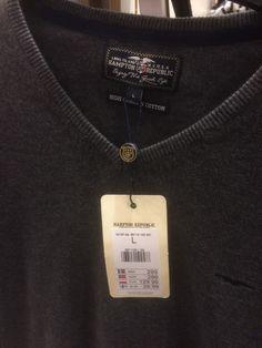 Mörkgrå V-ringad tröja. Finns på Kapp-Ahl hos Avion vid Ikea