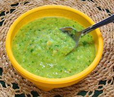 Los tacos de carne piden este guacamole a gritos: Este guacamole (o sea, salsa de aguacate) acompaña sabrosamente bien las carnes asadas y otros platos sencillos mexicanos.