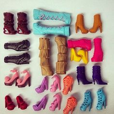 It's Which pair to wear today? Barbie Chelsea Doll, Barbie Dolls Diy, Barbie Doll House, Barbie Dream, Diy Doll, Dolls Dolls, Girl Dolls, Barbie Doll Accessories, Barbie Shoes