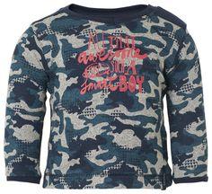 Langarmshirt Cas    Das Jungs-Longsleeve Cas verfügt über einen Camouflage-Druck und Text. Die Rückseite ist einfarbig. Das Shirt hat einen V-Ausschnitt und Druckknöpfe auf der Schulter für besonders einfaches Anziehen. Sehr weich und bequem.    Material: 100% Baumwolle...