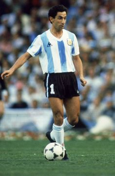 Ossie Ardiles of Argentina runs with the ball during the FIFA World Cup Finals 1982 Group C match between Argentina and Belgium held on June 13 World Football, Soccer World, Sport Football, Football Shirts, Soccer Teams, Argentina Football Team, Argentina Soccer, Fifa, All Star