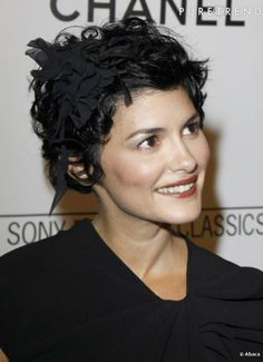 Audrey Tautou met en valeur son jolie visage avec des coiffures courtes. Retenant avec délicatesse les mèches rebelles grâce à bijoux de che...