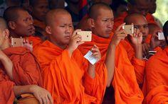 Des moines bouddhistes très connectés lors de la cérémonie du souvenir des atrocités commise par le régime Khmer Rouge à Phnom Penh au Cambodge.Photo: Reuters/Samrang Pring