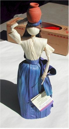 Corn plays an essential role in Mexican culture. Mexican Corn Husk Dolls are an example of one of the most dramatic uses for corn is in Mexican crafts. Corn Husk Crafts, Diy Crafts Slime, How To Make Corn, Corn Husk Dolls, Straw Crafts, Tissue Paper Flowers, Vintage Crafts, Fairy Dolls, Nature Crafts