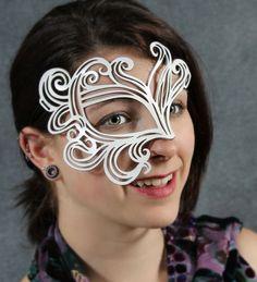 Esta media máscara se basa en nuestra máscara musa popular, pero como el fantasma de la máscara de ópera, sólo cubre un lado de la cara. Podría