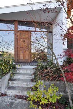 木のドアを入るとすぐリビングが現れる。