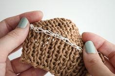 How to place an elastic thread on your clothes We love learning how to keep our knitting and crochet projects better. After the time it took us to choose the colors an. Knitting Designs, Knitting Projects, Crochet Projects, Knitting Patterns, Crochet Patterns, Knitting Help, Loom Knitting, Knitting Stitches, Loom Hats