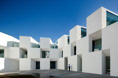 Una residencia minimalista diseñada por Aires Mateus en portugal que pone de manifiesto que el diseño no es incompatible con los programas menos seductores