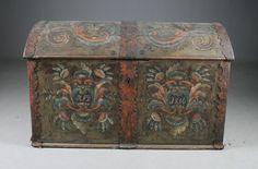 Rosemalt kiste med eieninitialer og datering 1816. L: 106 cm. Låst. Prisantydning: ( 2000 - 3000) Solgt for: 1700