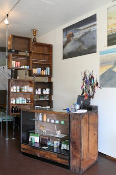 Quarters: Salvaged Industrial Americana & DIY Reusing crates and pipes to create unique storage solutionsReusing crates and pipes to create unique storage solutions Diy Design, Design Salon, Salon Interior Design, Salon Stations, Barber Shop Decor, Barbershop Design, Beauty Salon Decor, Beauty Salons, Home Salon