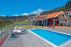 Description: Huiselijke moderne bed & breakfast met prachtige ligging  Thuis op Madeira De rit naar Casa do Caminho Verde vanaf het vliegveld is al een mooie belevenis. Als je vanuit de drukte van Funchal door tunnels en over snelwegen in de rust van Calheta aan bent gekomen zie je vanaf de bergweg Casa do Caminho Verde al liggen. Het zal moeilijk zijn niet gelijk een duik in het zwembad te willen nemen. De casa ligt er prachtig bij met een overweldigend uitzicht over de hele vallei en de…