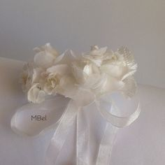 Beige hairband with bow / Pasador con lazo en tonos beige.