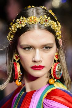 Dolce & Gabbana at Milan Fashion Week Spring 2018 - Milan's Best Runway Bling for Spring 2018 - Photos Dolce & Gabbana, Fashion Accessories, Hair Accessories, Headband Styles, Fashion Poses, Milan Fashion Weeks, Hair Jewelry, Jewelry Art, Jewellery
