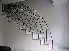 Una barandilla de hierro forjado tan sencilla que simplemente es una sucesión de arcos que van de escalón a escalón produciendo un cruce entre ellos. La be