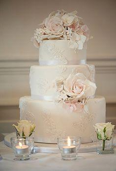 圖片來源:http://www.brides.com/images/2013_bridescom/Editorial_Images/05/styled-bridal-shoot-glamorous-blush-wedding/large/glamorous-styled-bridal-shoot-white-lace-applique-wedding-cake.jpg。