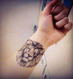 Un tatouage en forme de tête de lion