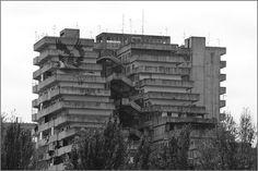"""Una delle cosiddette """"Vele"""", edifici costruiti negli anni '70 come case popolari nel quartiere di Scampia a Napoli"""