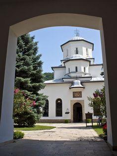 """Mănăstirea Tismana  Celebrul călător – diaconul   Paul de Alep, împreună cu Patriarhul Macarie al Antiohiei au vizitat Mănăstirea Tismana în iulie 1657 şi menţionează în cartea sa, scrisă în limba arabă, """"Note de călătorie"""", printre altele: """"…într-adevăr, ea nu mai are seamăn nici în această ţară, nici în alta, prin frumuseţea locului şi a aşezării, prin mulţimea apelor sale şi întărirea pe care o are, ajutată şi de ocrotirea zidurilor sale înconjurătoare."""" Cathedral, Beautiful Places, Places To Visit, Earth, Mansions, Country, House Styles, World, Romania"""