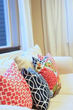 diy easy envelope pillow tutorial: feeling lovesome * need this! Fabric Crafts, Sewing Crafts, Sewing Projects, Diy Projects, Diy Crafts, Weekend Projects, Sewing Hacks, Sewing Tutorials, Sewing Patterns