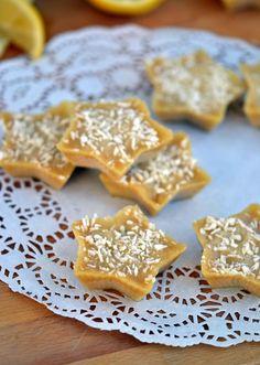 Lemon-Coconut Fudge Bites- a super simple, #vegan #paleo and #sugarfree sweet treat!   coconutandberries.com