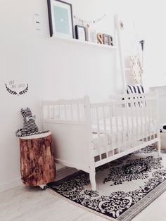 white nursery with beautiful accents White Nursery, Nursery Neutral, Nursery Rugs, Nursery Decor, Baby Deco, Vintage Nursery, Little Girl Rooms, Nursery Inspiration, Nursery Design