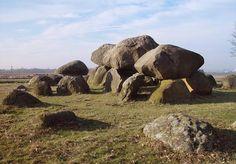 De hunebedden zijn gemaakt met kolossale stenen, afkomstig uit Scandinavië. Tijdens de voorlaatste ijstijd waren deze stenen door het ijs naar ons land geduwd. Deze stenen worden zwerfkeien genoemd en de grotere stenen wegen enkele tonnen (1 ton = 1000 kg). Sommige stenen wegen wel 23.000 kilo !!