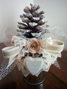 ALBERELLO DI NATALE SHABBY Handmade Christmas Crafts, Christmas Ornaments To Make, Christmas Bows, Winter Christmas, Holiday Crafts, Decoration Table, Xmas Decorations, Christmas To Do List, Diy And Crafts