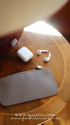 Unser Zip-Täschchen passt perfekt in jede Handtasche und eignet sich ideal für Ladekabel, Make Up, Kopfhörer etc. - all die Kleinigkeiten, die du schnell zur Hand haben willst. Danke liebe @fashionnes für das Video! Apple Magic, Magic Mouse, Computer Mouse, Up, Pouch, Goodies, Thanks, Handbags, Amor