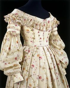Printed challis dress at the V&A in the style worn during the beginning of Queen Victoria's reign The below dress is another example, from the Museum of London, dating around the same. 1800s Fashion, 19th Century Fashion, Victorian Fashion, Vintage Fashion, Fashion Fashion, Victorian Outfits, Fashion 2018, Antique Clothing, Historical Clothing