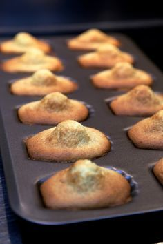 Enfin des madeleines bien bossues comme je les aime | Ondinecheznanou.blogspot.com Lemon Madeleine Recipe, Madeleine Cake, Cake Factory, Cake Shapes, Cooking Chef, Biscuit Cookies, Happy Foods, Yummy Cakes, Sweet Recipes