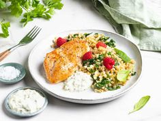 Kylling med tzatziki og blomkålris | Oppskrift | Meny.no Frisk, Eating Well, Risotto, A Food, Tzatziki, Chicken, Healthy, Ethnic Recipes, Spinach