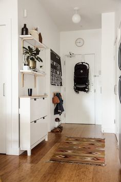 15 Intelligent design and decoration ideas for small apartments to organize your home . - 15 intelligent design and decoration ideas for small apartments to organize and beautify your home - Small Apartment Living, Small Apartment Decorating, Small Apartment Entryway, Small Apartment Storage, Apartment Entrance, Small Appartment, Family Apartment, Small Apartment Interior Design, Apartment Ideas