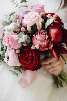 schöner Hochzeitsstrauß, Kombination von Rosen und Pfingstrosen in Rot und Rosa