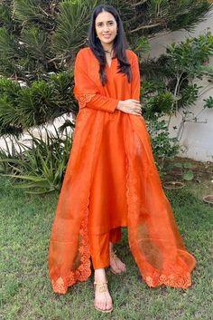 Asian Wedding Dress Pakistani, Simple Pakistani Dresses, Pakistani Fashion Party Wear, Indian Fashion Dresses, Dress Indian Style, Pakistani Dress Design, Indian Wedding Outfits, Pakistani Outfits, Indian Outfits