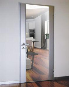 Particolare porta moderna, blindata, con il rivestimento in acciaio e la parte centrale in specchio