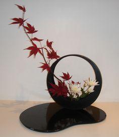 Japanese Flower Arrangement ikebana [Waxing moon ikebana (slanting variation Japanese maple and white Chrysanthemum in moon vase. Ikebana Arrangements, Ikebana Flower Arrangement, Floral Arrangements, Arte Floral, Deco Floral, Floral Design, Leaf Design, Japanese Plants, Japanese Flowers