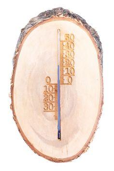 Nevšední dekorativní teploměr z březového dřeva s krásnou kůrou. Díky nádherné a neopakovatelné dřevokresbě je každý kus originál! Nenechte si ujít stylovou a funkční dekoraci, jež zkrášlí váš pokoj, balkón, terasu či chatu. Obdarujte své blízké nebo přátele milým a neobvyklým dárkem.  Teploměr má stupnici od -30 °C do 50 °C.