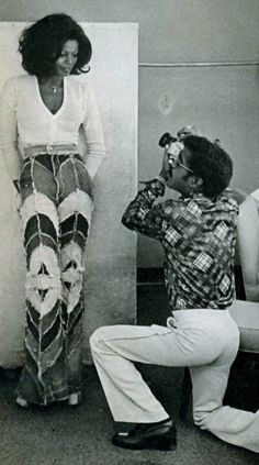 Sammy was also an avid photographer. Here he's shown photographing model/actress Azizi Johari. 70s Black Fashion, Retro Fashion, Vintage Fashion, Azizi Johari, Book Modelo, Modelos Guess, 70s Inspired Fashion, 70s Outfits, Images Esthétiques
